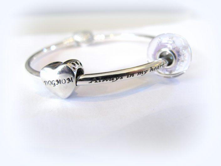 persoonlijke asbedel aan zilveren armband